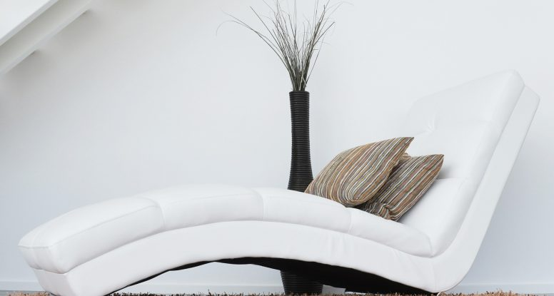 Feng shui element Zemlje u enterijeru bela fotelja