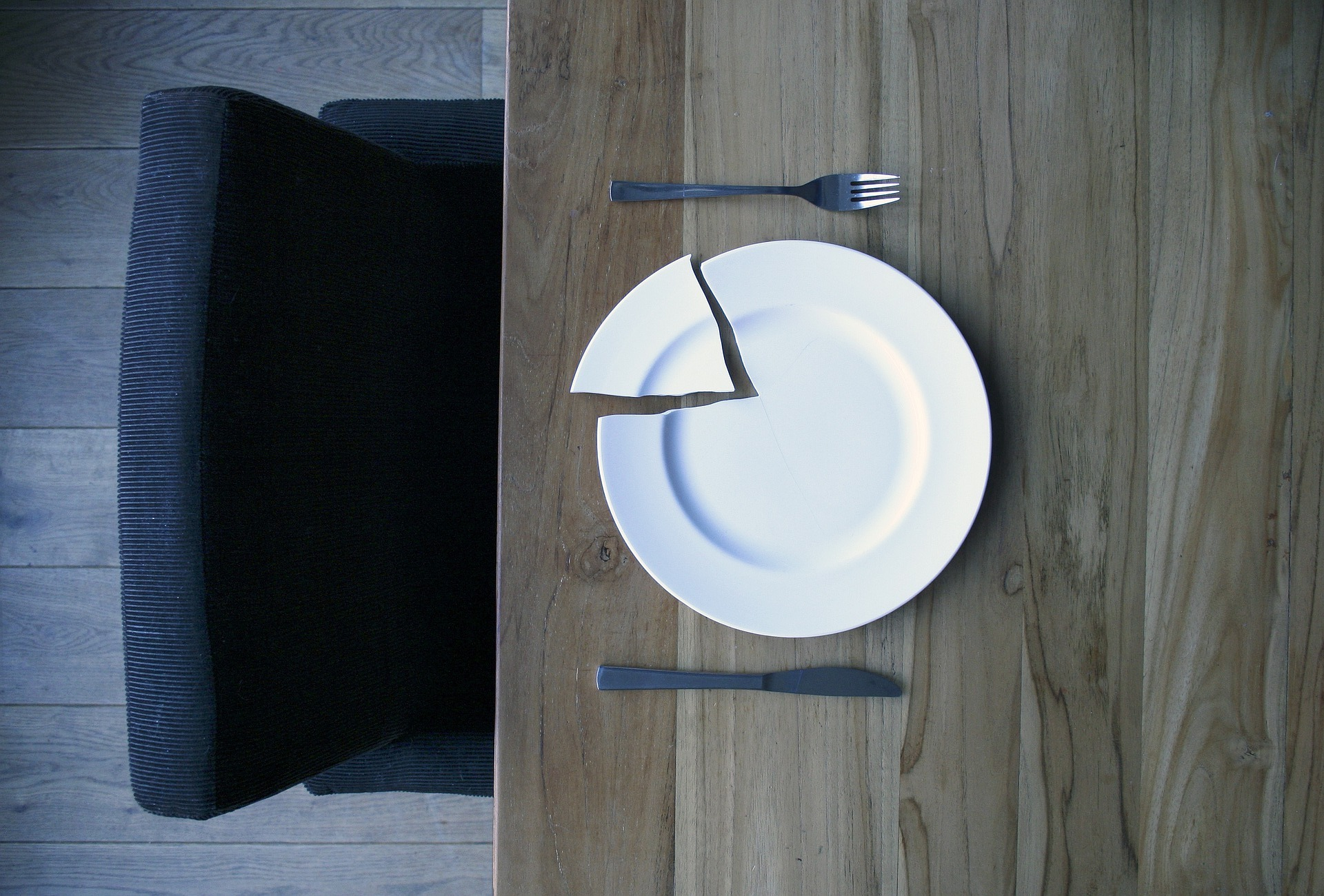 broken-plate-on-a-wooden-table-840112_1920