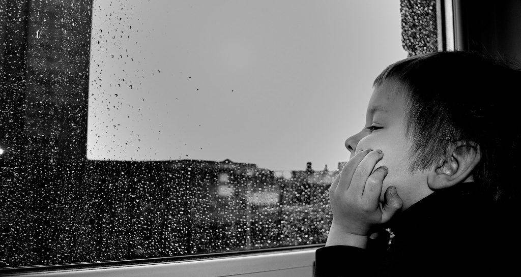 Soba sa pogledom-dečak-kišni-dan