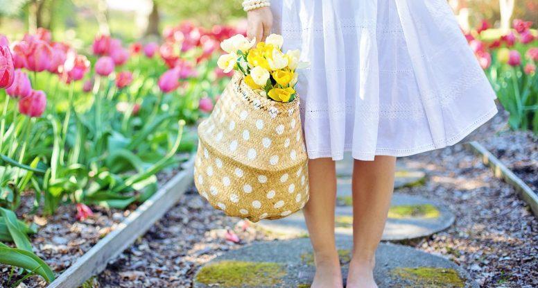 prvi korak ka dobrom Feng shui-u noge bose devojke koja drži torbu punu žutog cveća