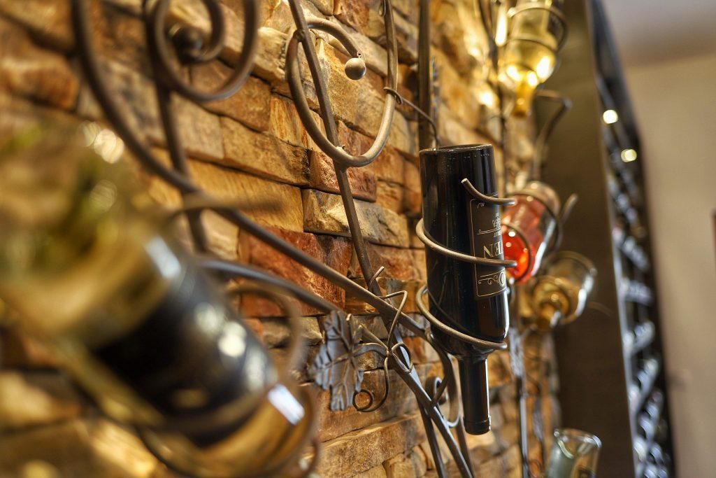 Vinarija Aven rucno izradjena polica u elementu Metala